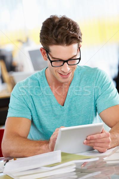 Hombre digital tableta ocupado creativa oficina Foto stock © monkey_business