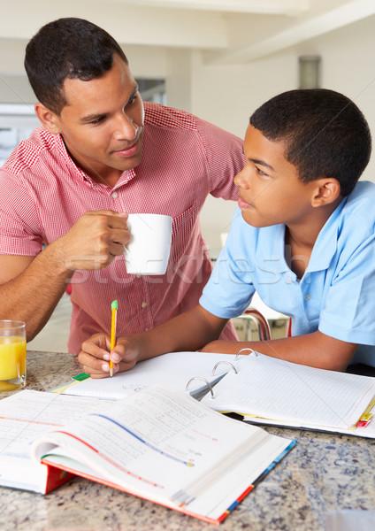 Pai ajuda filho lição de casa cozinha homem Foto stock © monkey_business