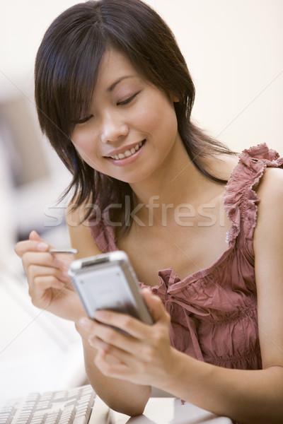 Vrouw computer kamer persoonlijke digitale assistent glimlachende vrouw Stockfoto © monkey_business