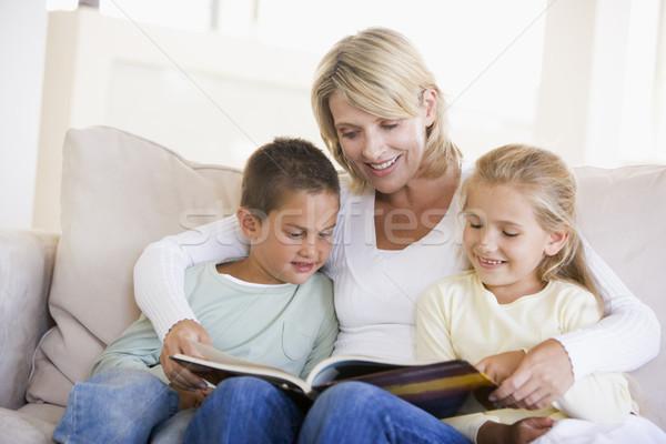 Сток-фото: женщину · два · детей · сидят · гостиной · чтение