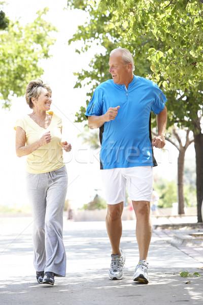 Foto stock: Casal · de · idosos · corrida · parque · homem · feliz · casal