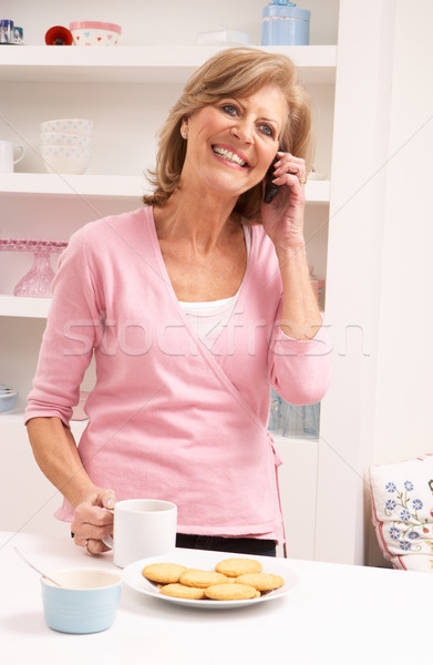 Senior vrouw genieten warme drank telefoon koffie Stockfoto © monkey_business