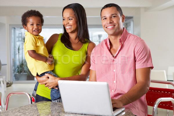 Stok fotoğraf: Aile · dizüstü · bilgisayar · kullanıyorsanız · mutfak · birlikte · kadın · çocuklar