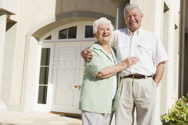 Photo stock: Couple · de · personnes · âgées · permanent · à · l'extérieur · maison · porte · d'entrée · femme