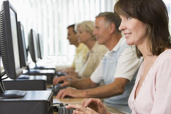 Volwassen studenten computerlokaal onderwijs studenten mannen groep Stockfoto © monkey_business