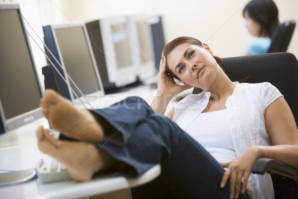 Vrouw computer kamer voeten omhoog denken glimlach Stockfoto © monkey_business