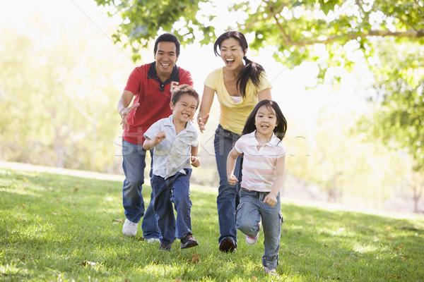 84025_família-correndo-outdoors-sorrindo-pessoas-menina.jpg