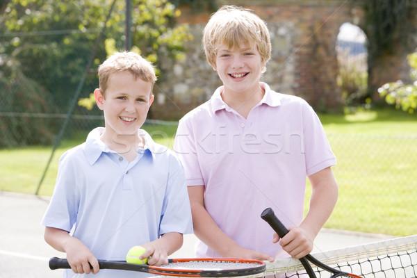 Dois jovem masculino amigos quadra de tênis sorridente Foto stock © monkey_business