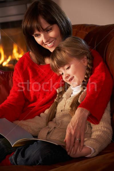 Madre figlia seduta divano lettura libro Foto d'archivio © monkey_business