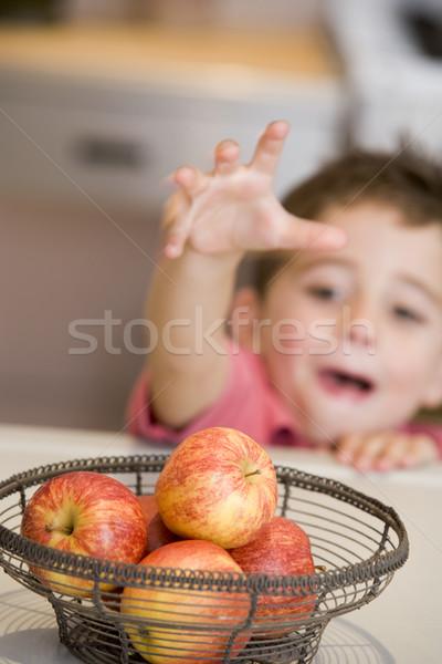 Cozinha maçã contrariar menino Foto stock © monkey_business