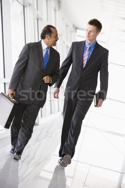 Zdjęcia stock: Biznesmenów · spaceru · lobby · biuro · działalności · człowiek