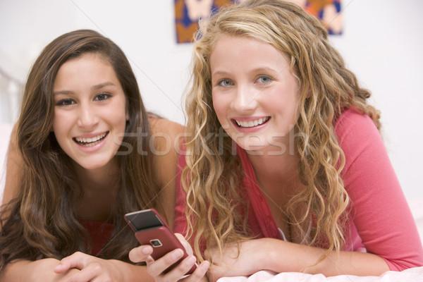 Adolescentes lit téléphone portable amis filles amusement Photo stock © monkey_business
