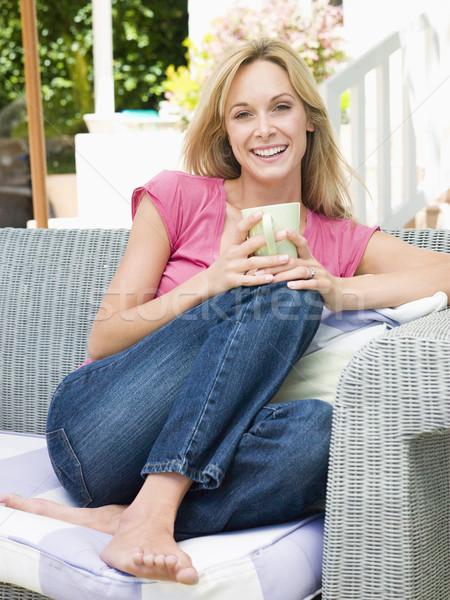 Foto d'archivio: Donna · seduta · esterna · patio · caffè · donna · sorridente