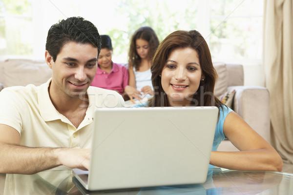 Foto stock: Crianças · usando · laptop · casa · computador · família · homem