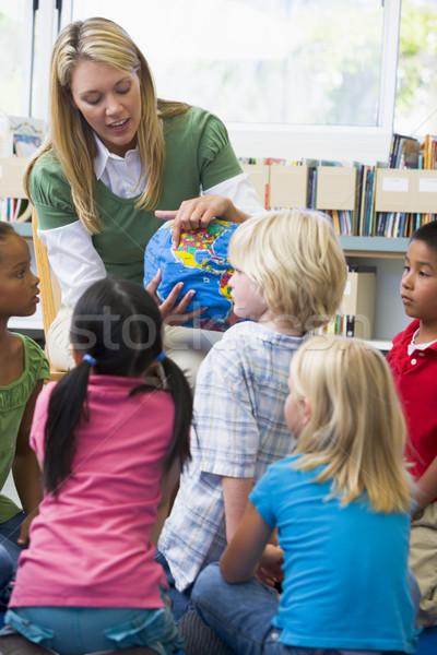 Foto stock: Jardim · de · infância · professor · crianças · olhando · globo · mulher