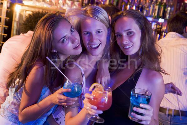 Stock fotó: Három · fiatal · nők · italok · éjszakai · klub · nők · boldog