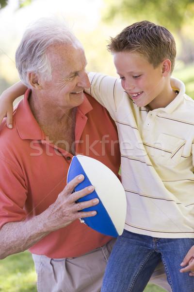 Foto stock: Avô · neto · ao · ar · livre · futebol · sorridente · família