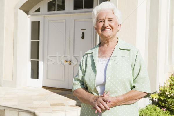 Stockfoto: Senior · vrouw · permanente · buiten · huis · voordeur