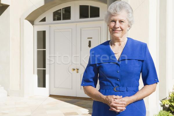 Stockfoto: Gepensioneerd · vrouw · permanente · buiten · huis · vrouwelijke