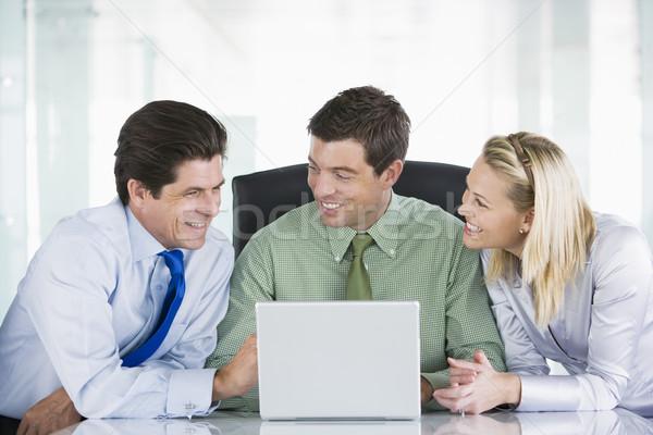 Stock fotó: Három · üzletemberek · tárgyaló · néz · laptop · mosolyog