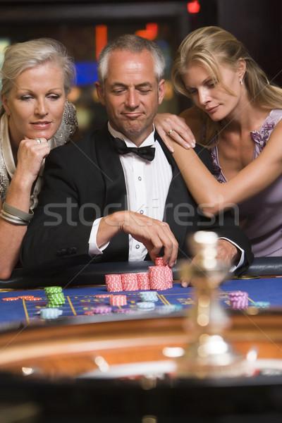Stock fotó: Férfi · rulett · asztal · gyönyörű · nők · boldog