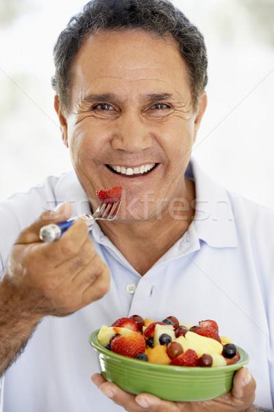 ストックフォト: シニア · 男 · 食べ · 新鮮果物 · サラダ · 食品