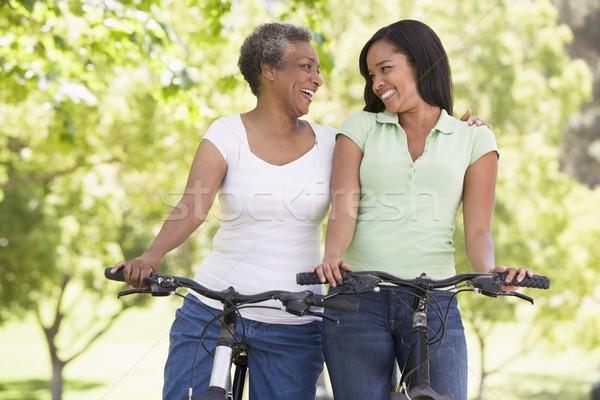 Stock fotó: Két · nő · biciklik · kint · mosolyog · nő · gyerekek