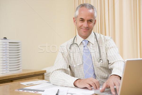 Arzt mit Laptop lächelnd Laptop Gesundheit Stock foto © monkey_business