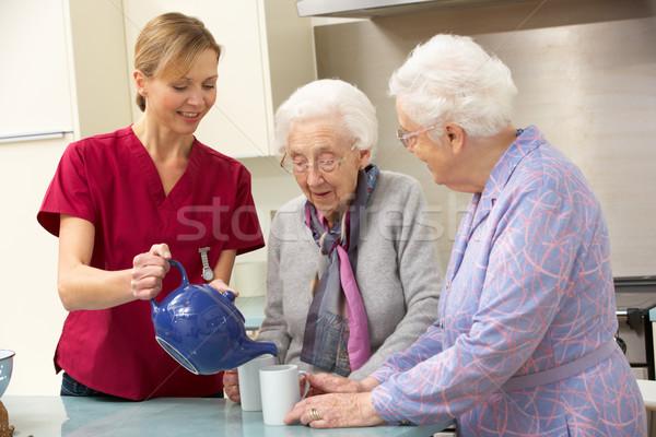 Altos mujeres casa cuidador ayudar femenino Foto stock © monkey_business