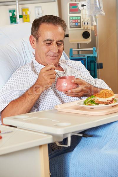 Masculino paciente refeição cama de hospital homem Foto stock © monkey_business