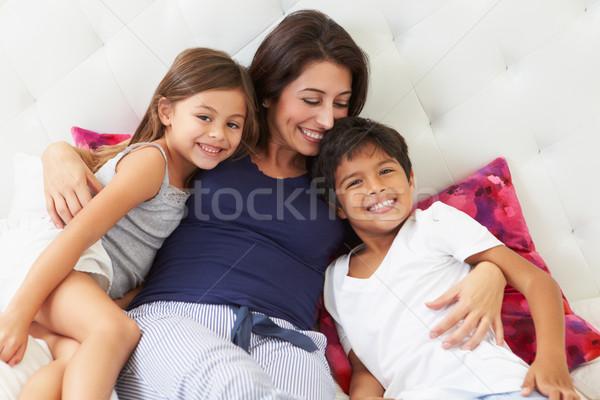 Mãe crianças relaxante cama pijama Foto stock © monkey_business