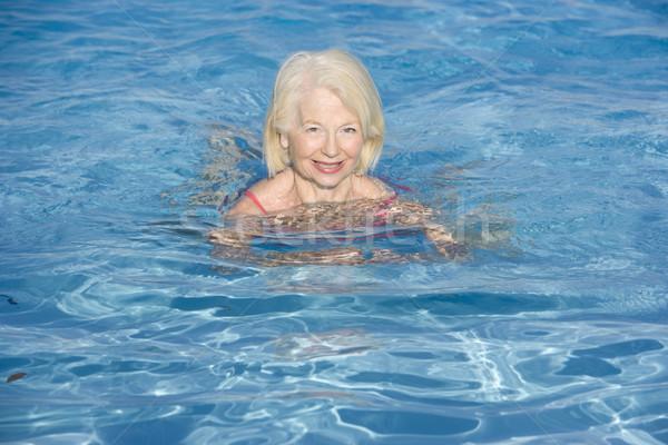 Stock fotó: Nő · úszik · szabadtér · medence · mosolygó · nő · mosolyog