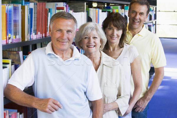 Estudiantes adultos pie biblioteca libro educación grupo Foto stock © monkey_business