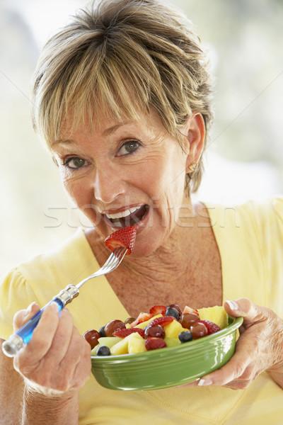 Stok fotoğraf: Kıdemli · kadın · yeme · taze · meyve · salata · gıda