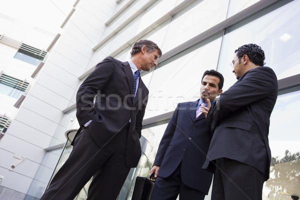 Foto stock: Grupo · empresarios · hablar · fuera · oficina · moderna