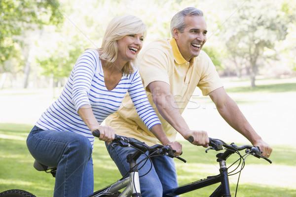 Сток-фото: пару · велосипедах · улице · улыбаясь · женщину · портрет