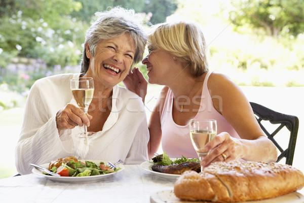 Znajomych jedzenie fresk posiłek kobiet Sałatka Zdjęcia stock © monkey_business