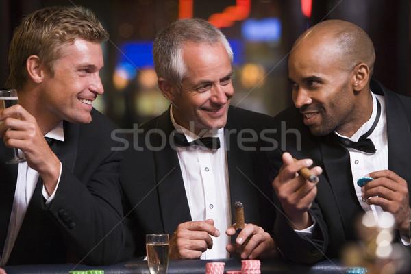 Foto stock: Três · homens · jogos · de · azar · roleta · tabela · cassino