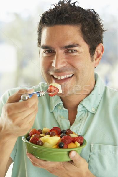 ストックフォト: 成人 · 男 · ボウル · 新鮮果物 · サラダ