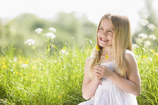Stock fotó: Fiatal · lány · ül · kint · tart · virág · mosolyog