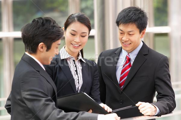 Tre business colleghi documento fuori Foto d'archivio © monkey_business