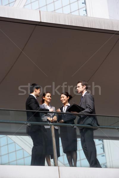 Photo stock: Quatre · affaires · collègues · discussion · à · l'extérieur · bureau