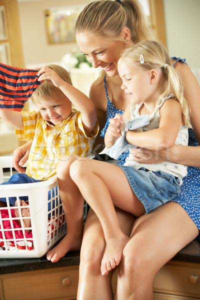 Stock fotó: Anya · gyerekek · szennyes · ül · konyhapult · család