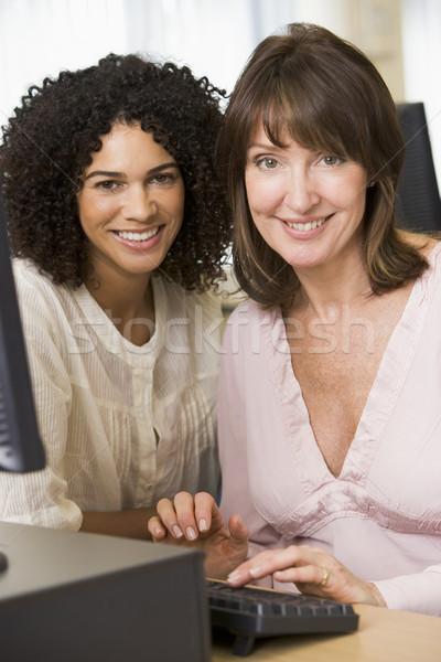 Twee vrouwelijke volwassen studenten werken computer samen Stockfoto © monkey_business