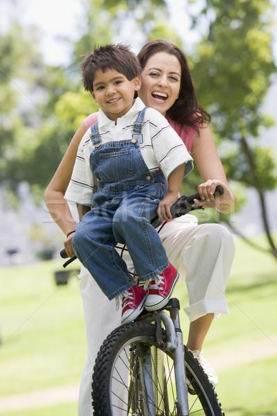 ストックフォト: 女性 · 自転車 · 屋外 · 笑顔の女性 · 笑みを浮かべて