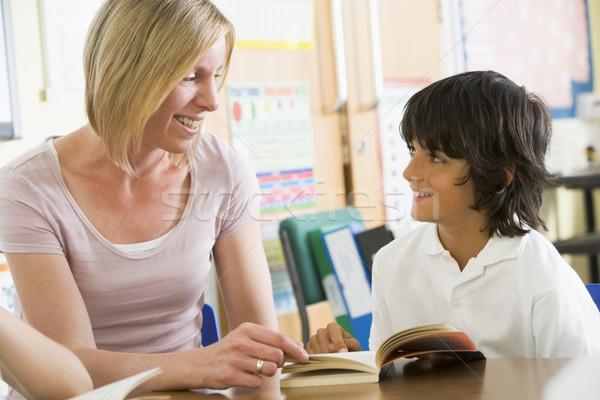 Сток-фото: школьник · учитель · чтение · книга · класс · женщину
