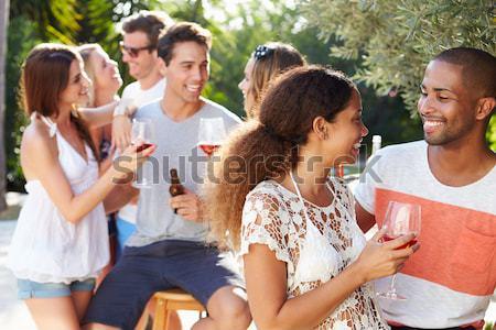 Grupo adolescentes sesión aire libre comer de comida rápida Foto stock © monkey_business