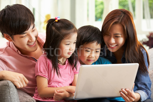 Chinese familie met behulp van laptop ontspannen sofa home Stockfoto © monkey_business