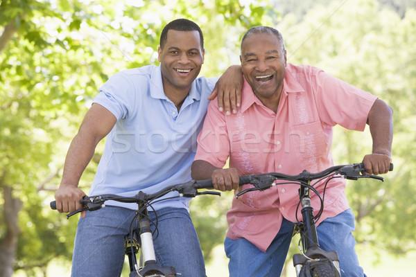 ストックフォト: 二人の男性 · バイク · 屋外 · 笑みを浮かべて · 女性 · 幸せ