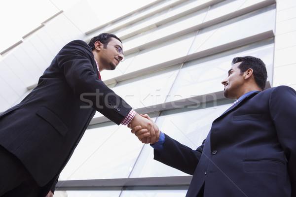 Photo stock: Deux · affaires · serrer · la · main · à · l'extérieur · immeuble · de · bureaux · modernes
